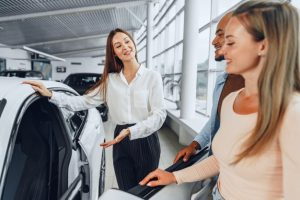 concessionaria-de-automoveis-explicando-aos-compradores-as-caracteristicas-do-carro-novo_93675-92840